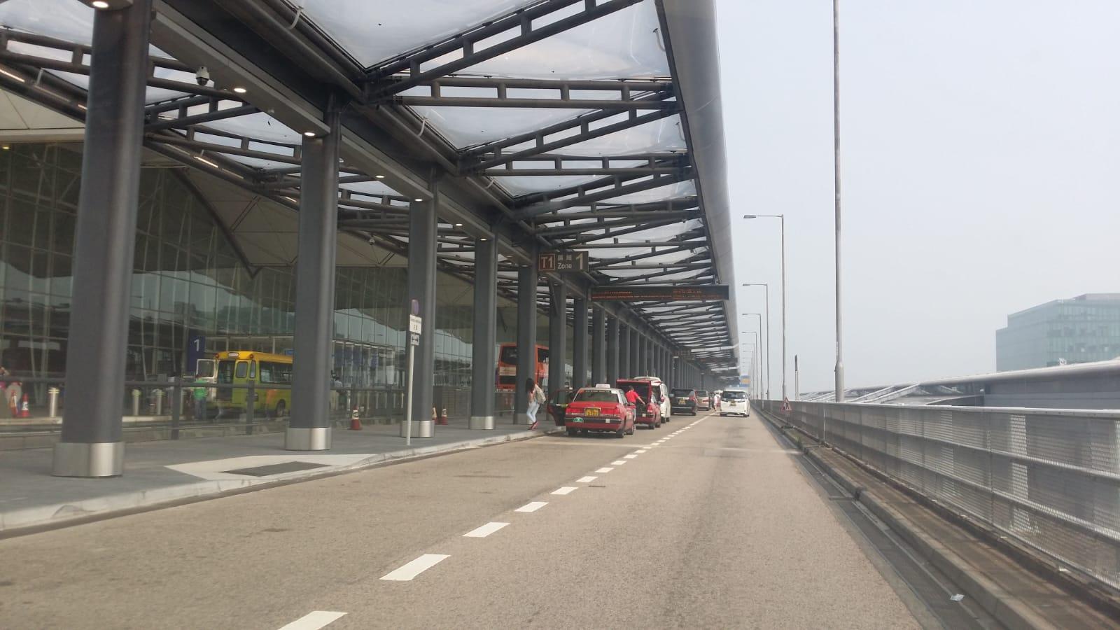 機場客運大樓早上如常運作,未見有示威者。