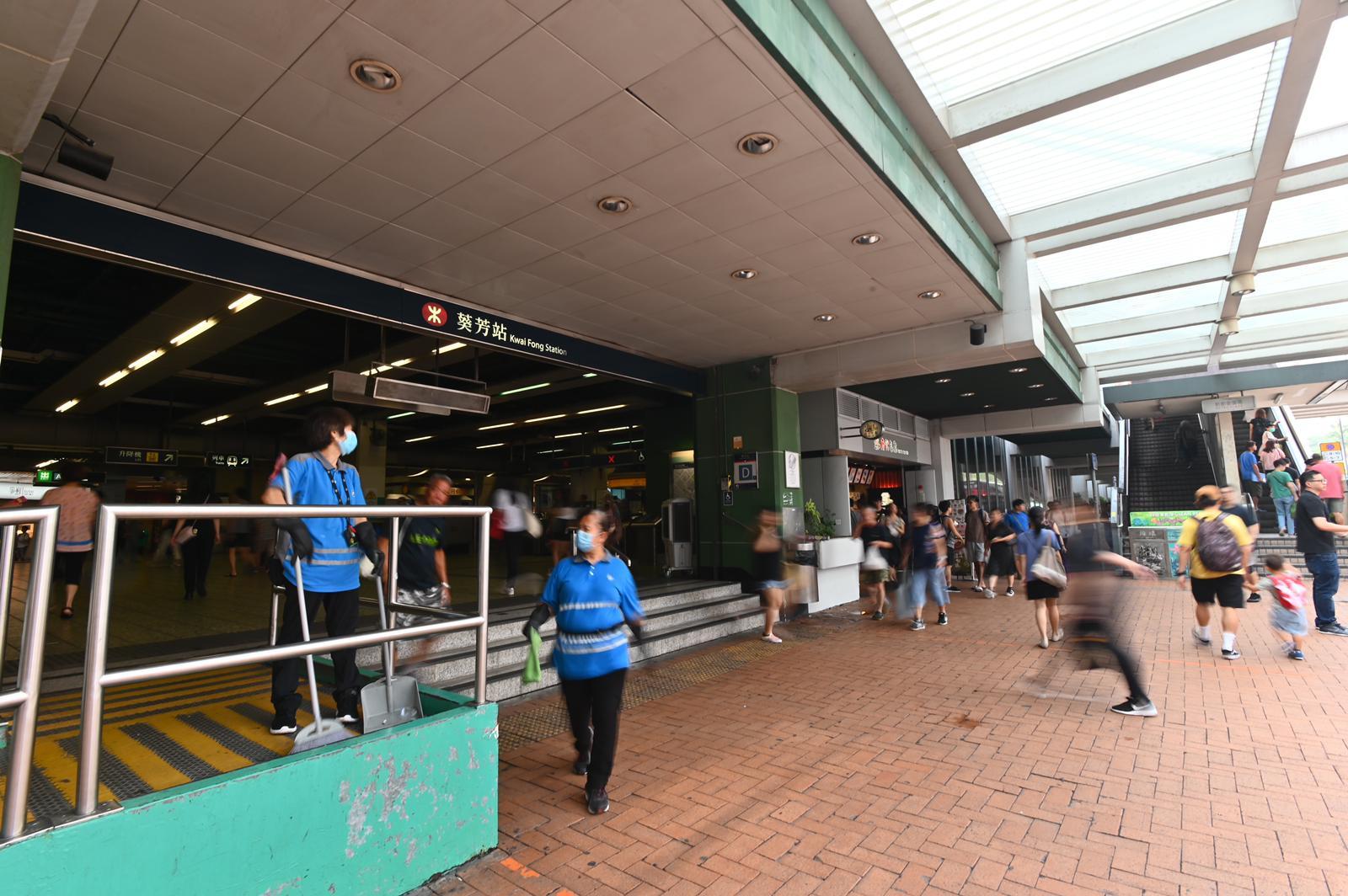 清潔工人在葵芳站內清潔。