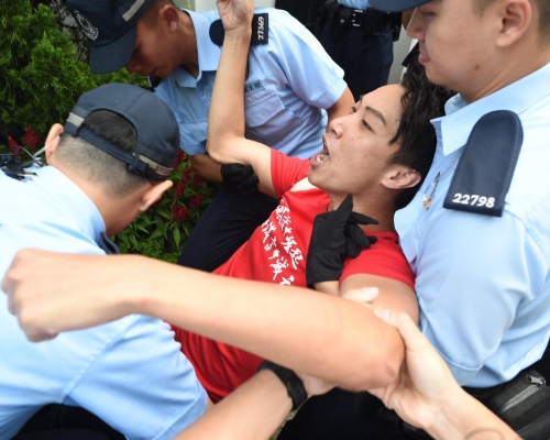 【逃犯條例】林鄭籌建對話平台首次會面 警抬走示威者