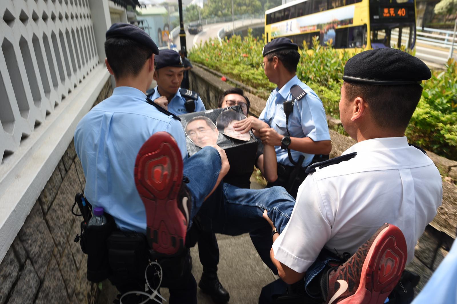 警方警告請願人士離開後約10分鐘不果,將示威者抬離正門。