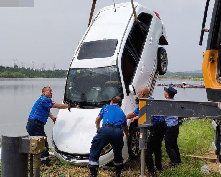 救援人員將私家車打撈上岸。