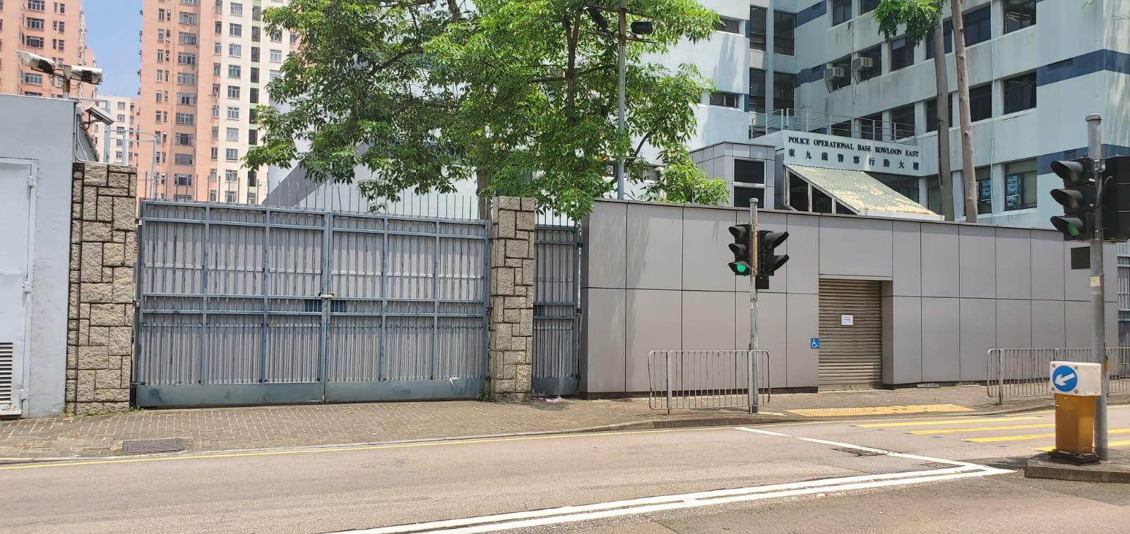 牛頭角警署部分出入口封閉及加設鐵板作防禦。