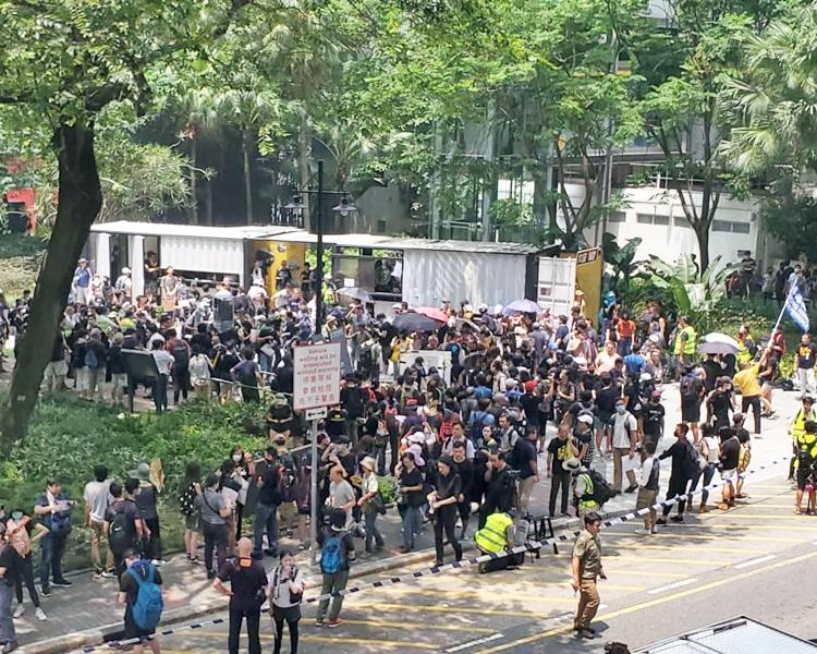 起點駿業街遊樂場下午1時左右聚集一批穿黑衣的遊行人士。