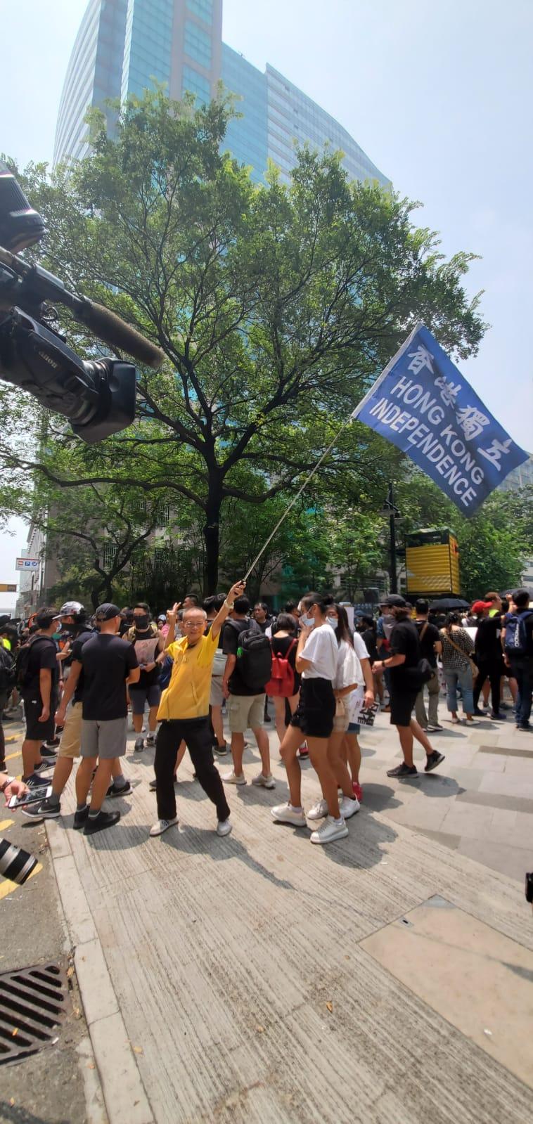 在場有人揮舞「港獨」旗。