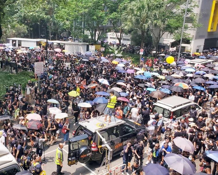 下午1時20分左右,聚集人士擠出行車線。