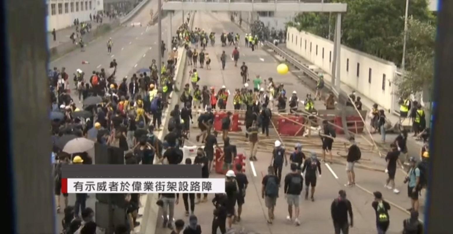 示威者牛頭角警署外偉業街設置路障。有線新聞截圖