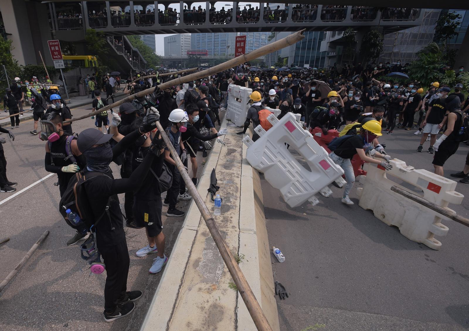 示威者牛頭角警署外偉業街設置路障。