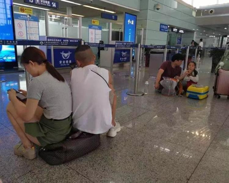 大批旅客在機場等候。網圖