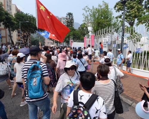 【逃犯條例】香港電台外群眾抗議報道偏頗 有人推撞記者