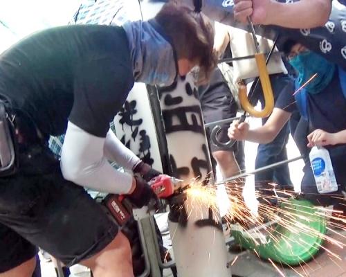 【觀塘遊行】示威者疑持電鋸火槍破壞 拉倒智慧燈柱(片段)
