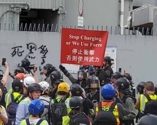 【觀塘遊行】持磚頭丫杈示威者偉業街投擲物件 防暴警出紅旗警告