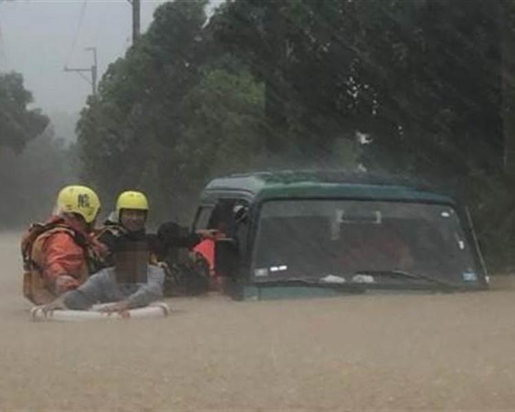 私家車幾乎被水淹沒,由消防員救出車內4人。