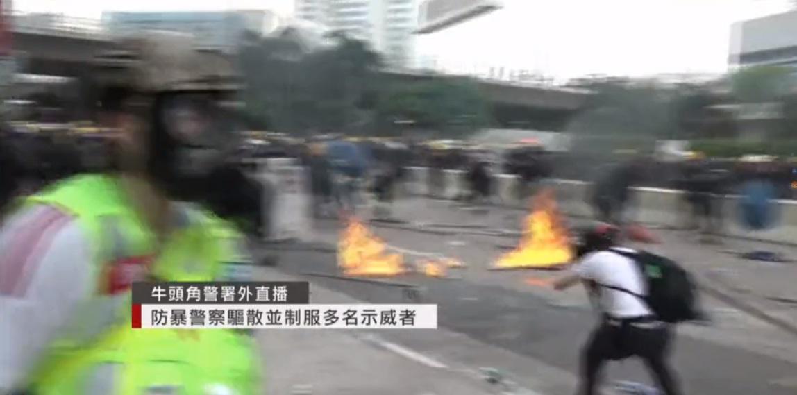 示威者投擲汽油彈。有線新聞截圖