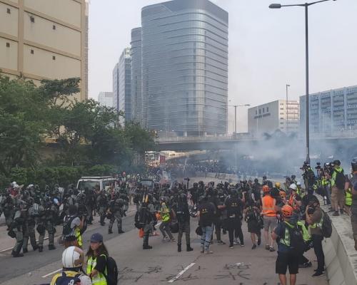 【觀塘遊行】示威者偉業街縱火投擲疑汽油彈 防暴警發射催淚彈胡椒球彈