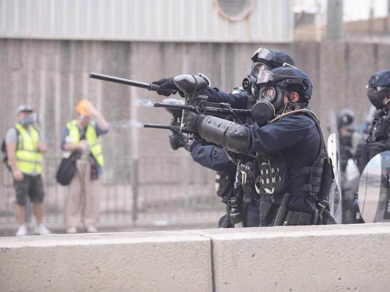 警方發射胡椒球彈及海綿彈,男示威者左眼疑中彈受傷。