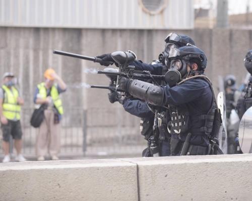 【觀塘遊行】警方發射胡椒球彈及海綿彈 男示威者左眼疑中彈受傷