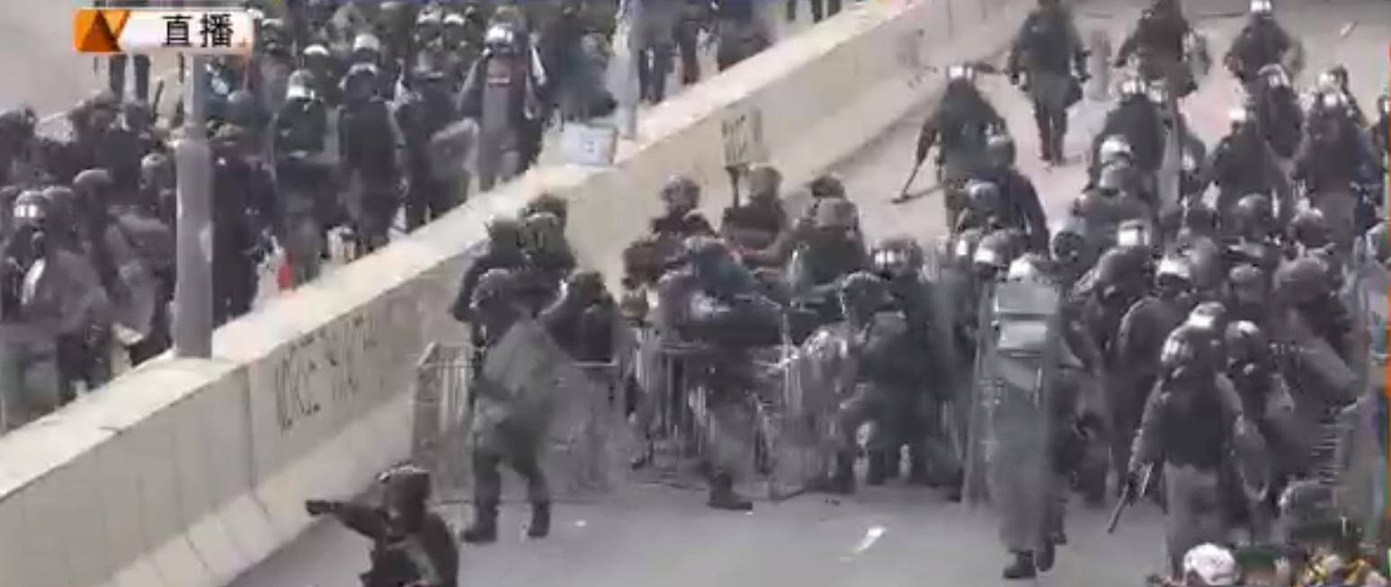 防暴警察發射催淚彈驅散。NOW新聞截圖