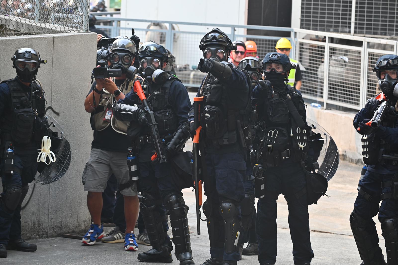 警察持槍戒備