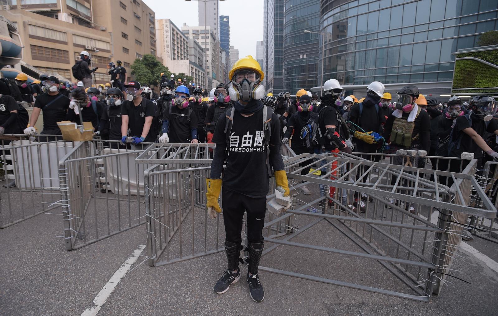 示威者設置路障與警方對峙