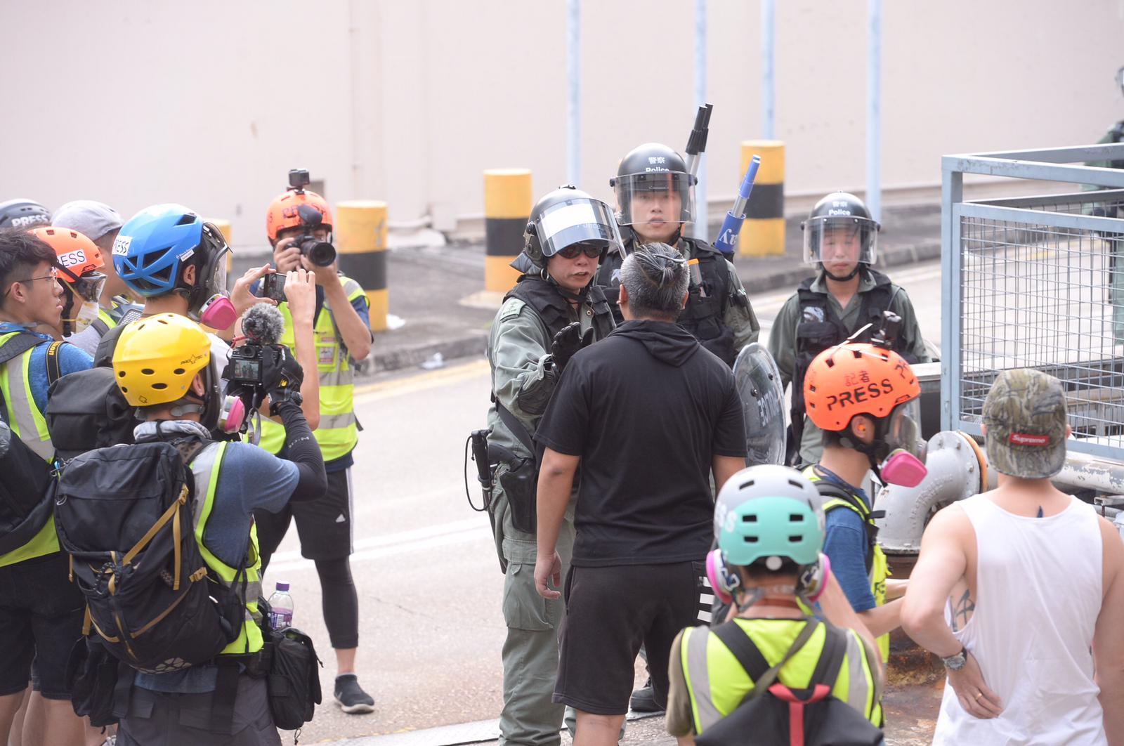 警察進駐德福平台