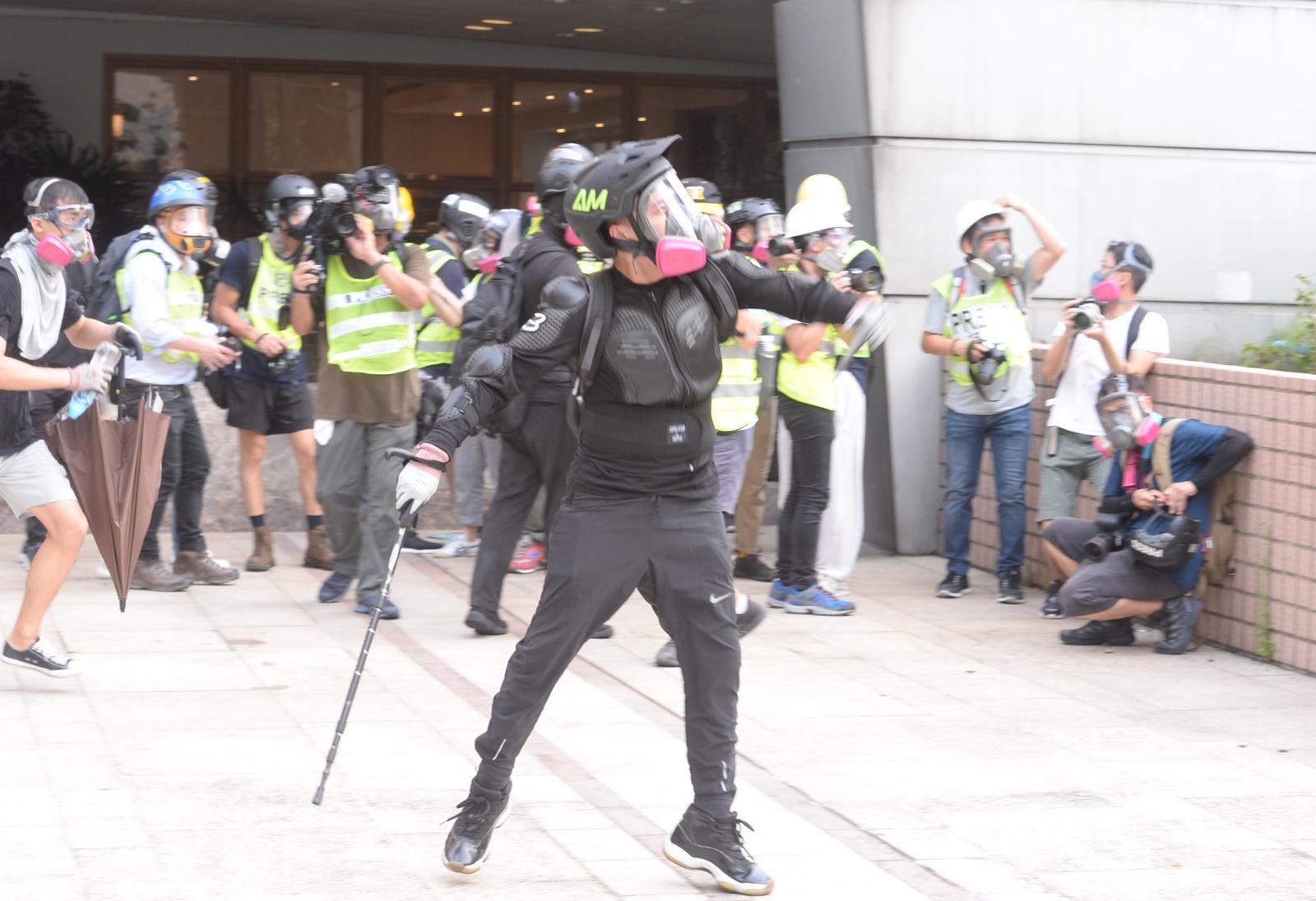 示威者下午5時轉移至九龍灣德福廣場平台
