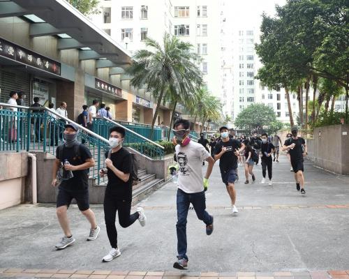 【觀塘遊行】德福廣場示威者轉至九龍灣站外塗鴉及懸掛宣傳品