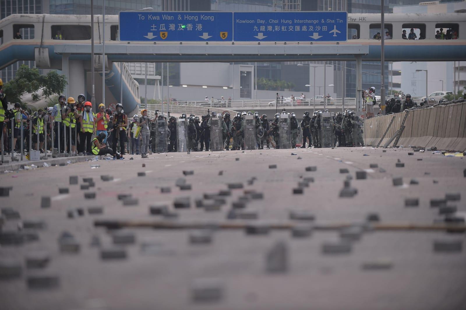 【觀塘遊行】多輪催淚彈驅散偉業街示威者  防暴警察出橙旗警告