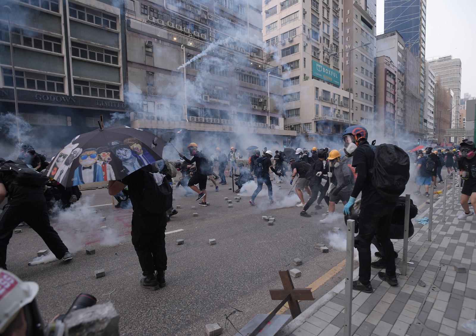 防暴警察發射催淚彈驅散。