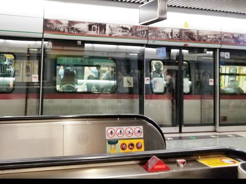 有網民在彩虹站拍到有列車接載警員。網上圖片