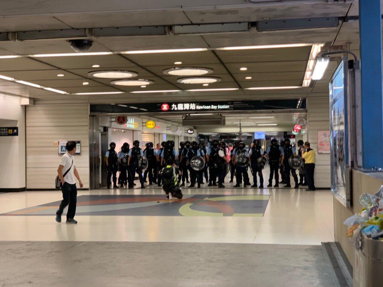 隨後有警員在九龍灣站出現。網上圖片