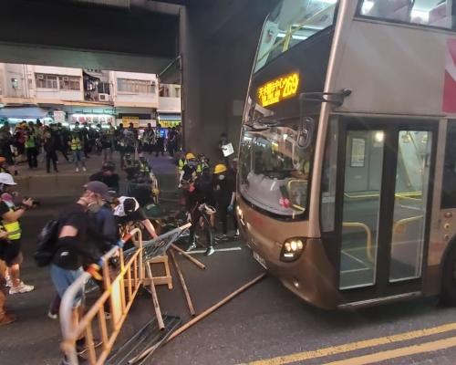 【觀塘遊行】示威者衝出觀塘道堵塞交通後撤離 警方清拆路障