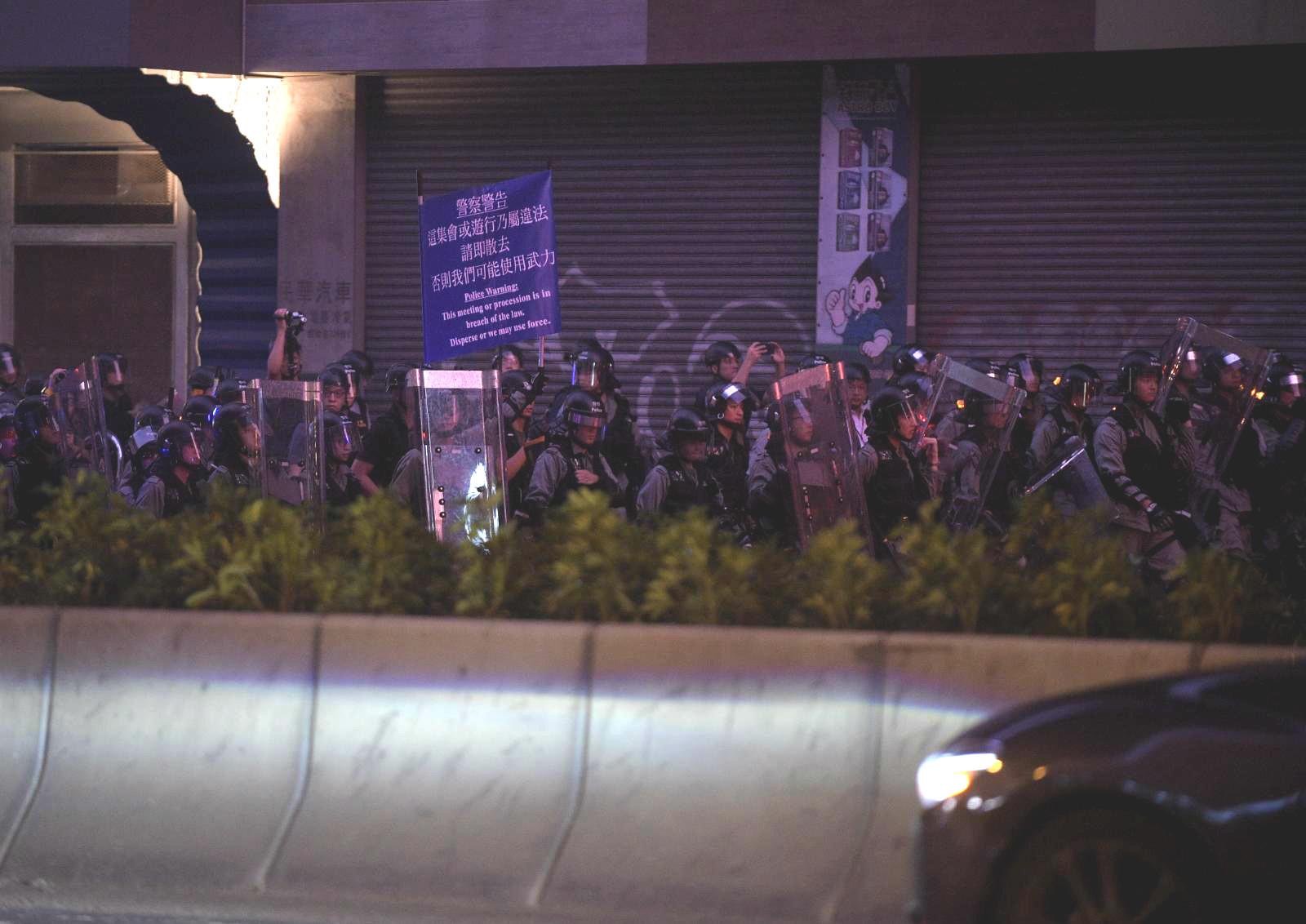 防暴警察在牛頭角驅散示威者