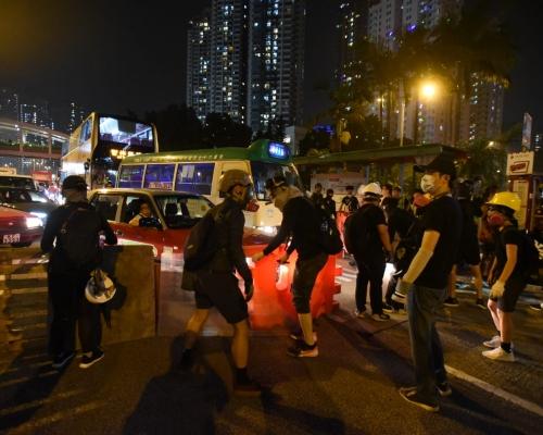 【觀塘遊行】警察射催淚彈驅散示威者 龍翔道交通逐漸恢復