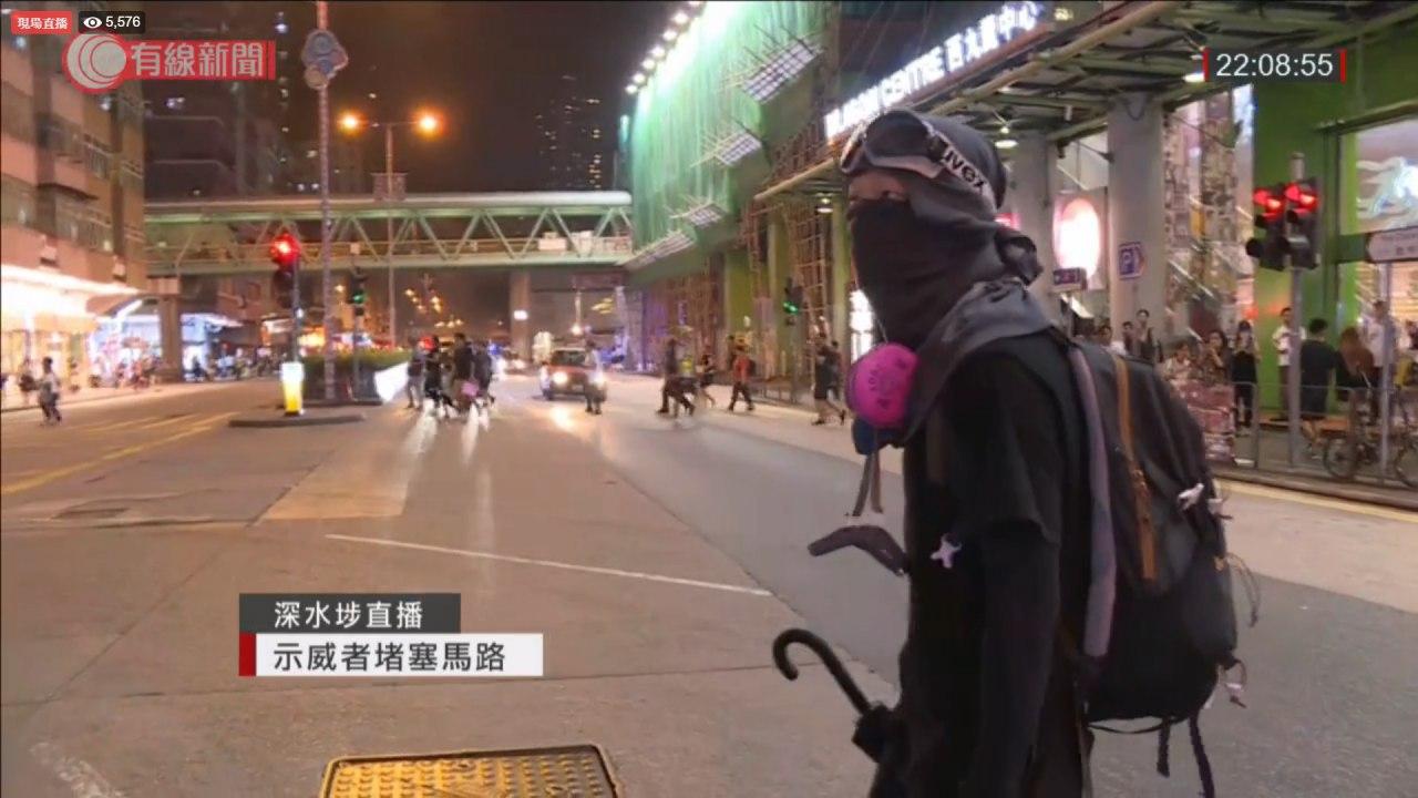 示威者深水埗西九龍中心外聚集。有線新聞截圖