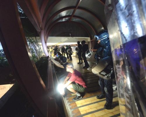 【觀塘遊行】黃大仙防暴警察制服多人 警告示威者停止激光照射
