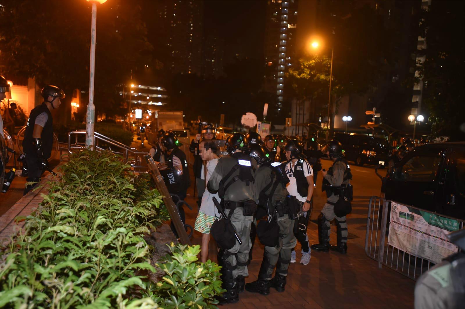 警方之後又拘捕一名男子,涉嫌藏有利刀。