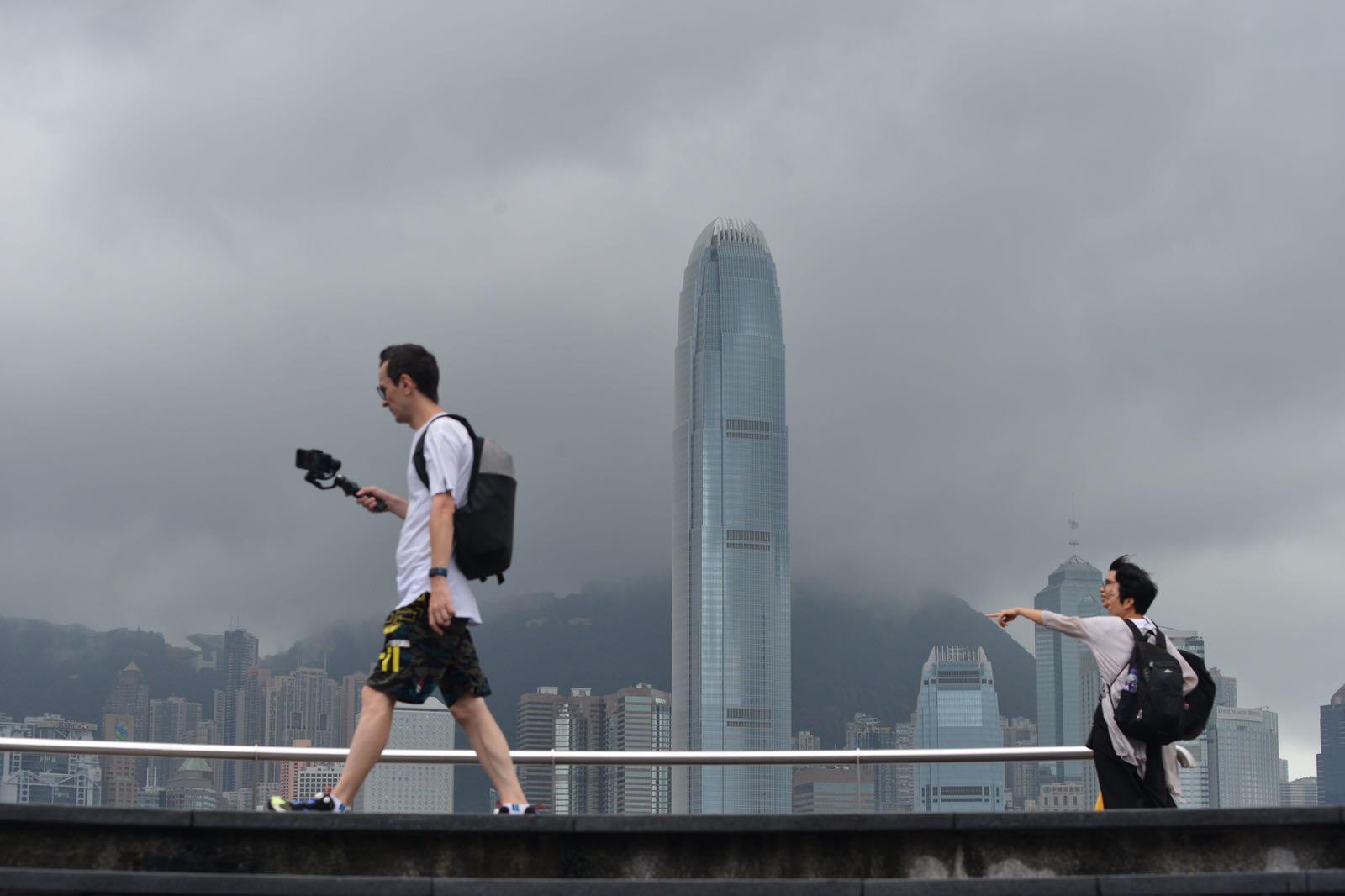今日大致多雲,間中有狂風驟雨及雷暴。日間最高氣溫約31度。