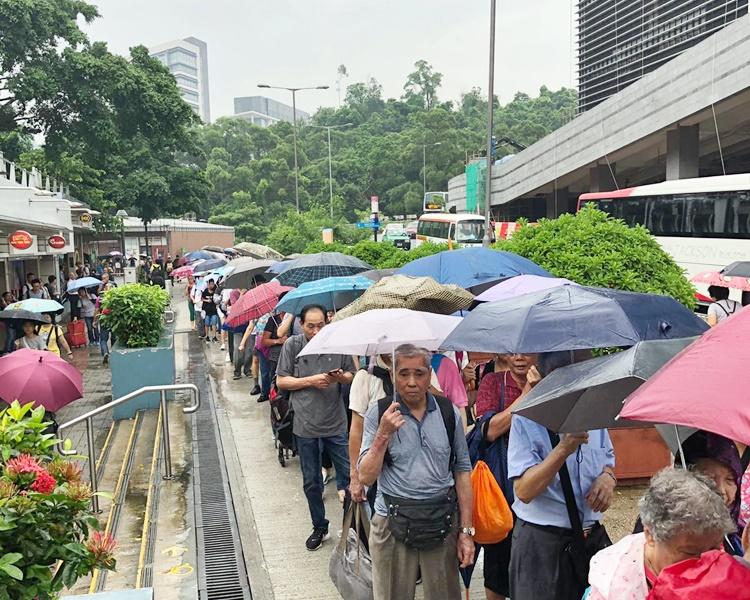 大學站早上擠滿等候接駁巴士往粉嶺的乘客。
