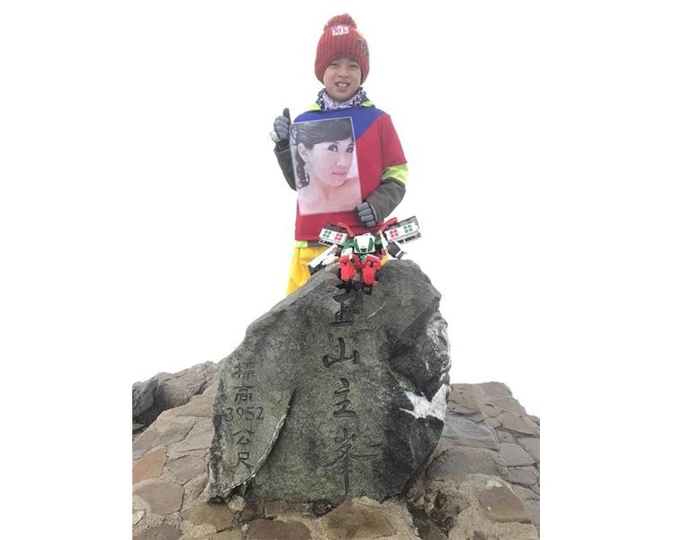 鄒澤綱帶著媽媽的遺照成功攻頂玉山。fb