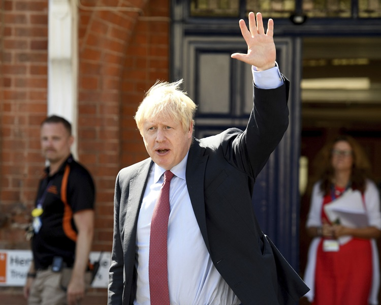 英國傳媒報道首相約翰遜正尋求法律意見。AP