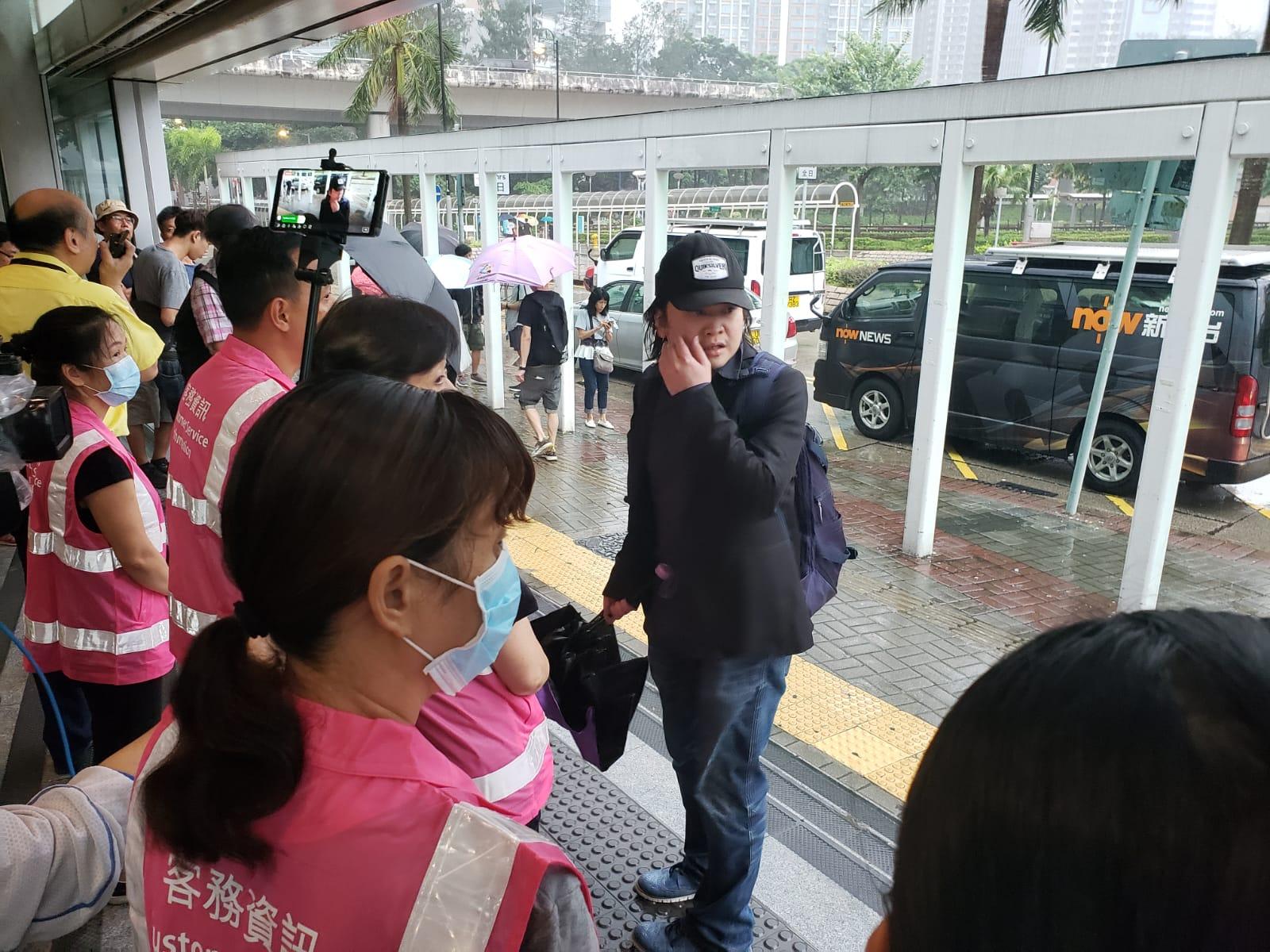 在荃灣西站,有旅客不知港鐵的臨時安排,顯得一臉彷徨。