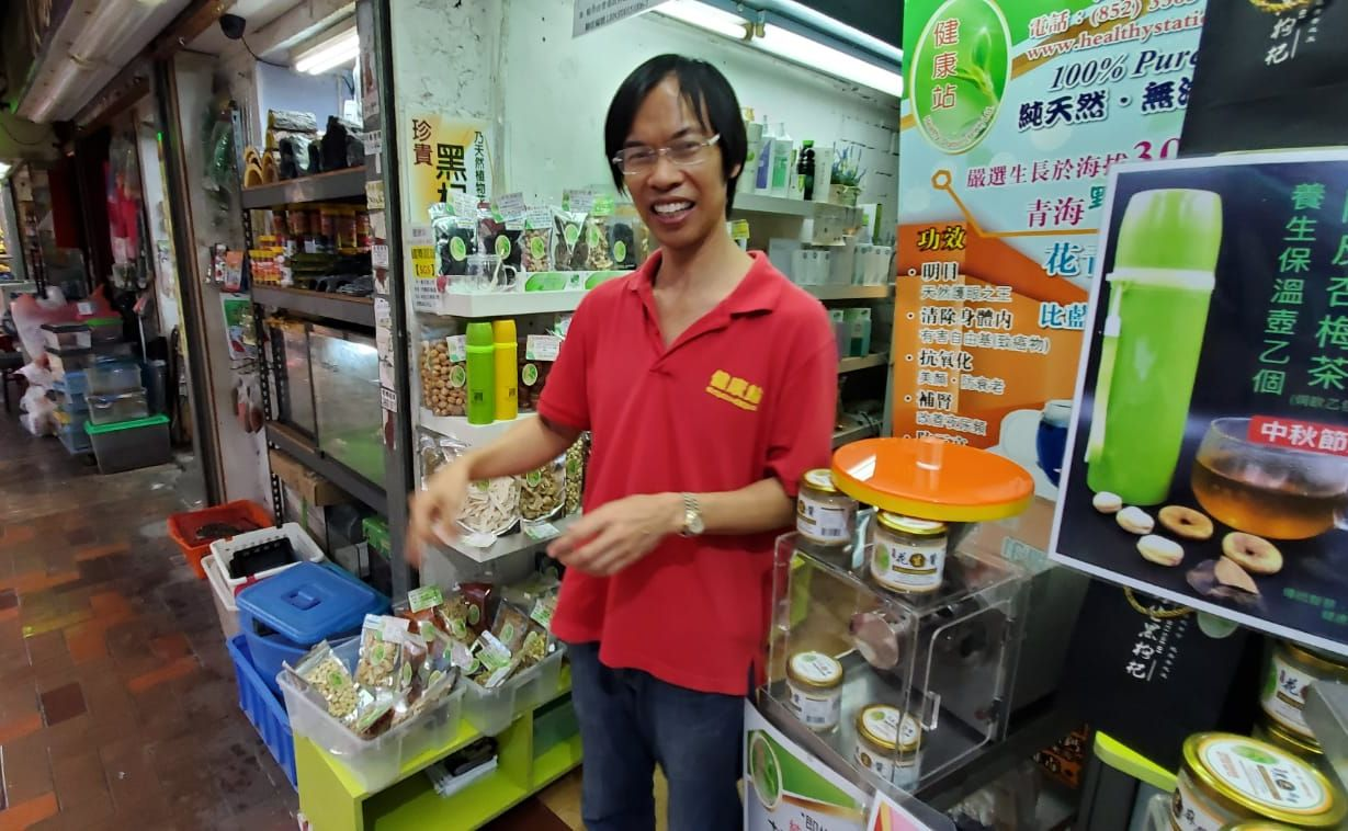 荃灣河背街一間健康食品店的負責人聶先生。楊偉亨攝
