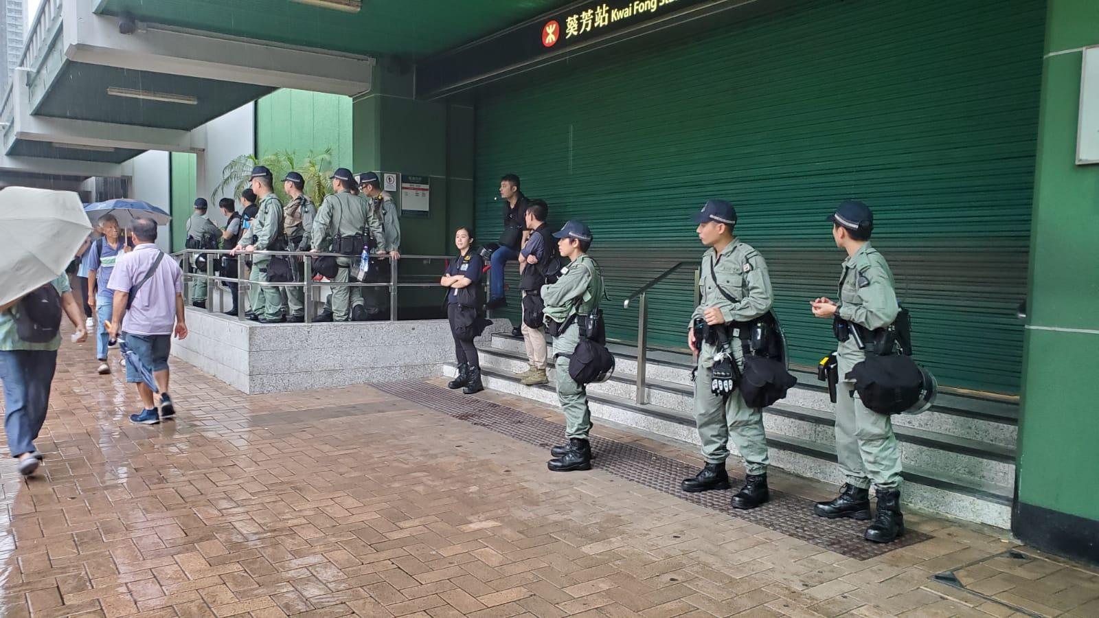 防暴警協助葵芳站關閘。