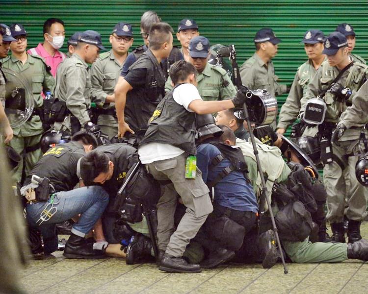 警方制服一人,懷疑是譚凱邦的助理。