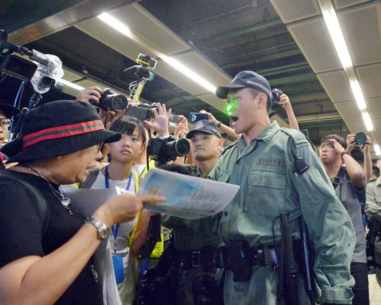 防暴警請乘客離開車站。