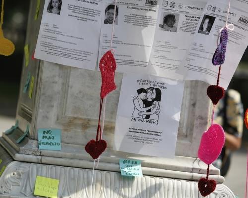 墨西哥城人手織毛冷心心 悼念暴力被殺女受害人