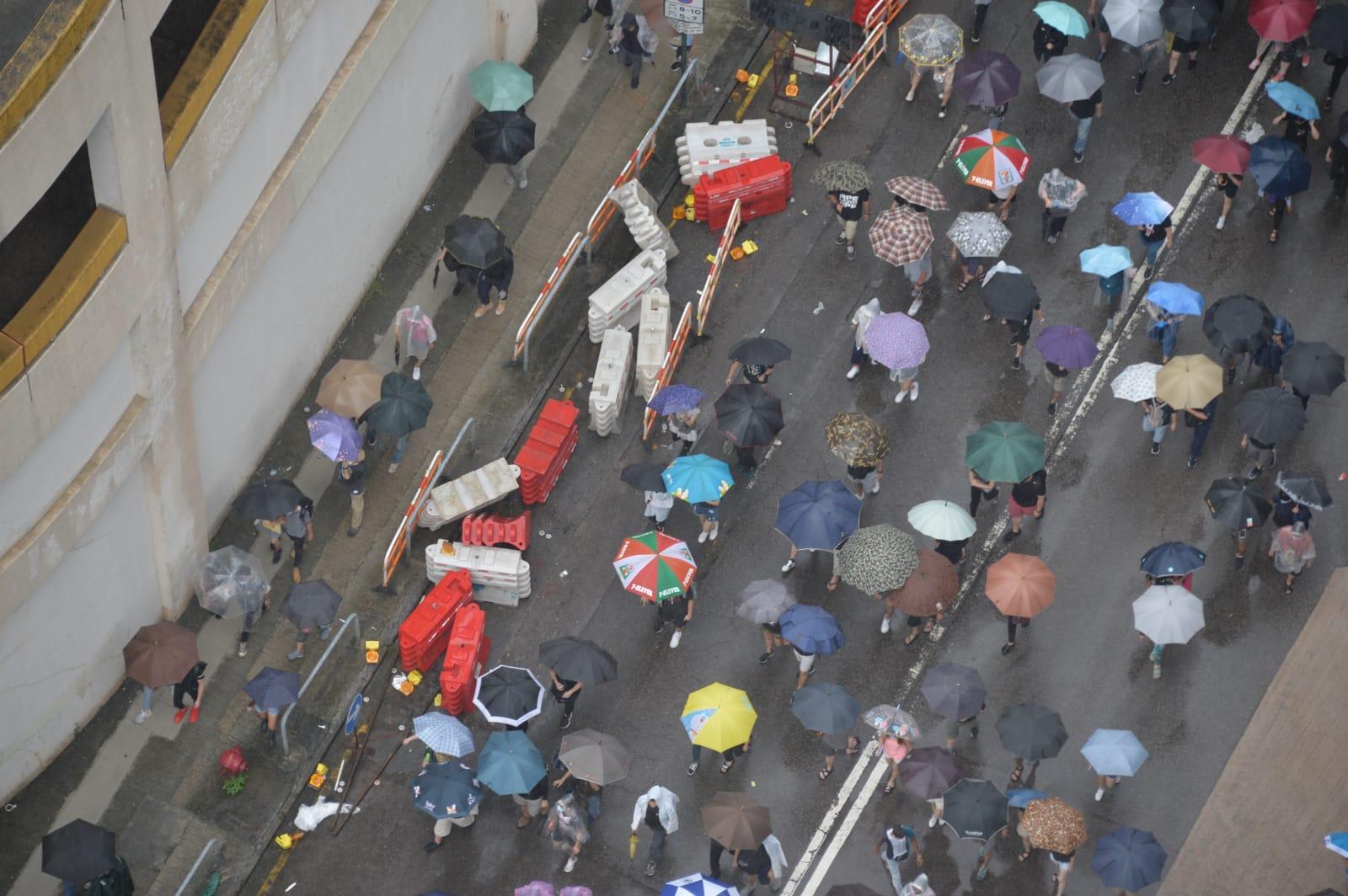 荃葵青遊行人士走出馬路