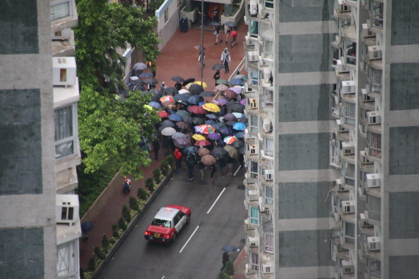 遊行人士沿永順街進入海濱花園佔據行車路.讀者提供