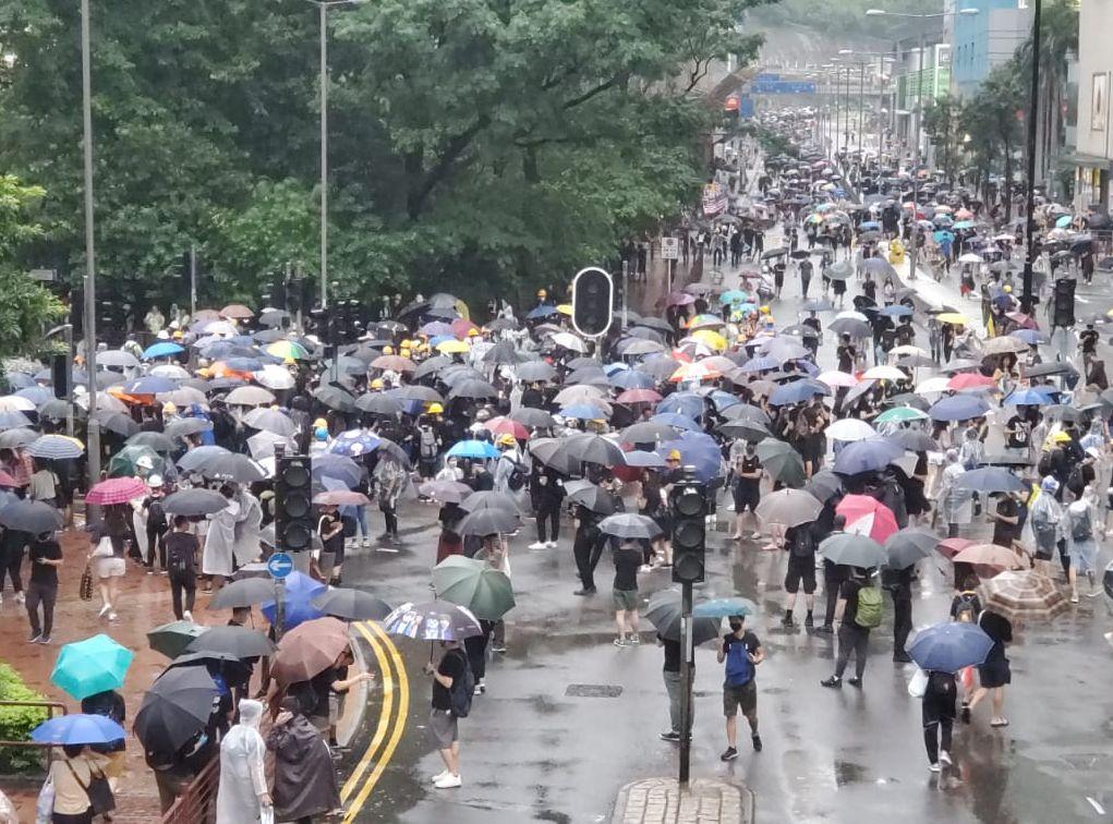 示威者與防暴警察對峙