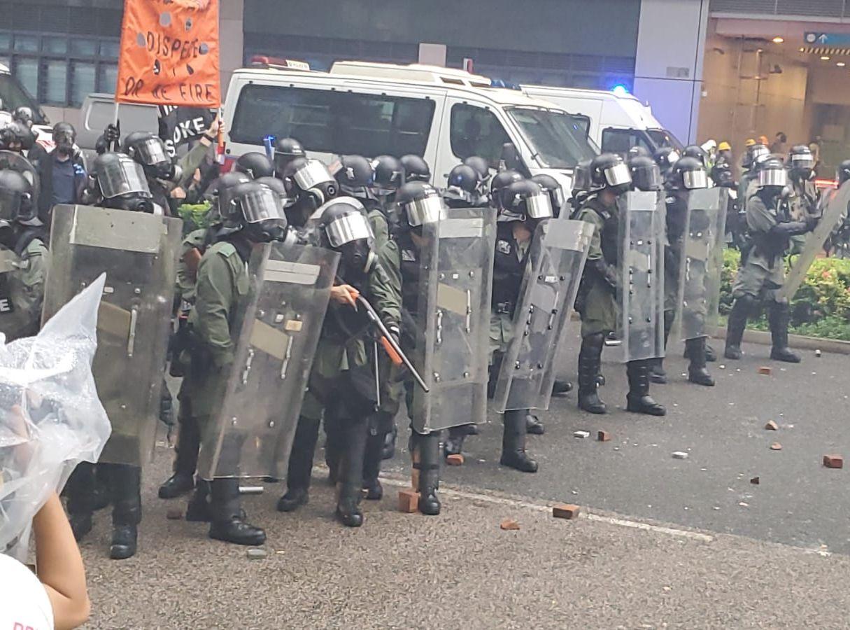警方舉橙旗。